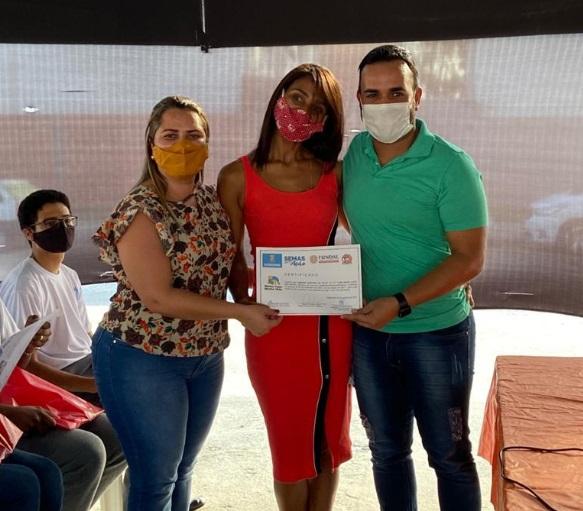 Prefeitura entrega mais 55 certificados de cursos a moradores do Urupiara